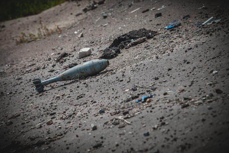 Oorlog, Luchthavenruïnes in Donbass, mortierbom royalty-vrije stock afbeeldingen