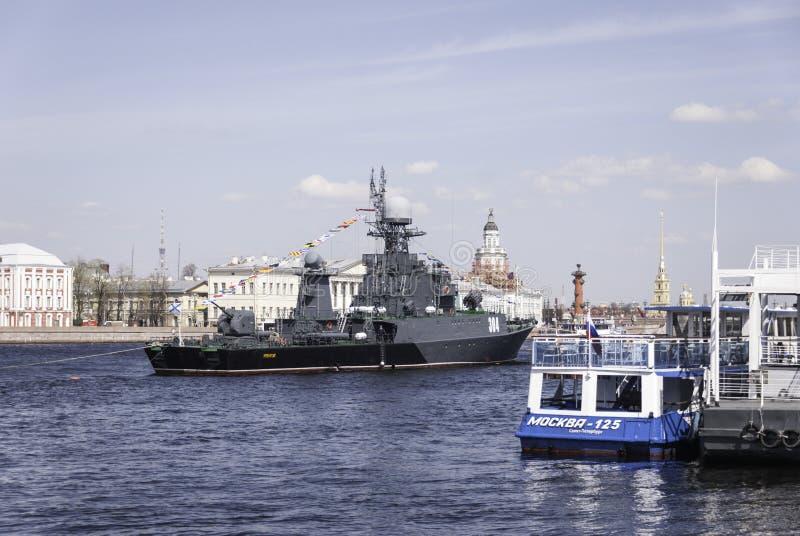 Oorlogsschepen tijdens in parade gewijd aan Victory Day, royalty-vrije stock foto's