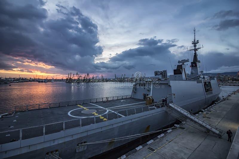 Oorlogsschip bij de haven stock fotografie