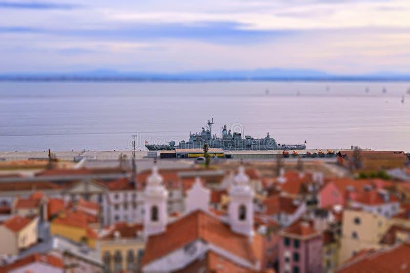 Oorlogsschip in de haven van Lissabon stock foto's