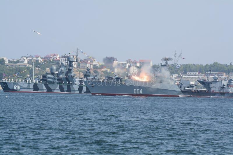 Oorlogsschip die een raketlanceerinrichting in de baai van Sebastopol in brand steken royalty-vrije stock fotografie