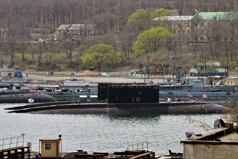 Oorlogsschiponderzeeërs aan de pijler worden vastgelegd die Vladivostok, Rusland royalty-vrije stock foto's