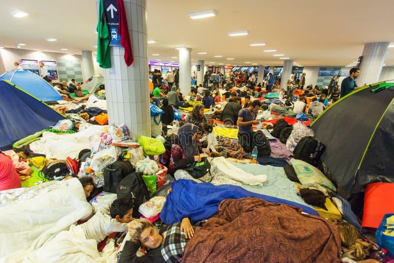 Oorlogsvluchtelingen bij het Keleti-Station stock foto's