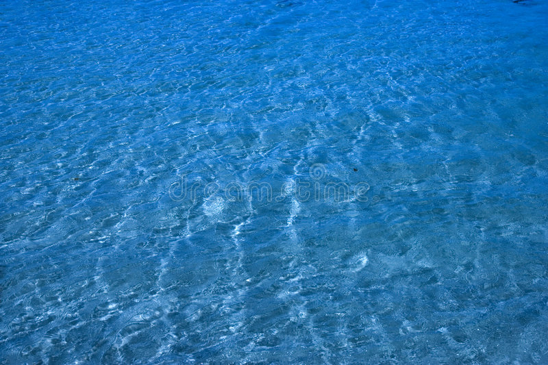 Oorspronkelijk oceaanwater over zand royalty-vrije stock afbeeldingen