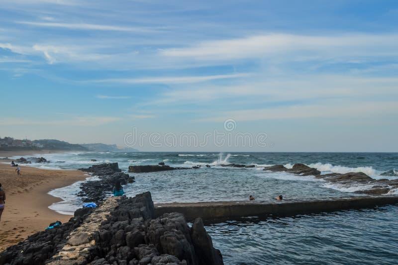 Oorspronkelijke en natuurlijke Zoute rots getijdepool in Dolfijnkust Ballito Kwazulu Natal South Africa stock afbeeldingen