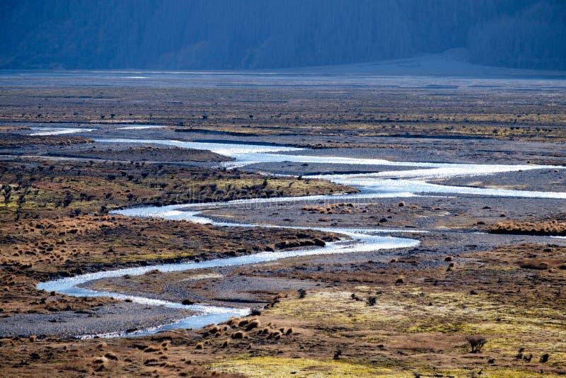Oorspronkelijke windende rivier amid landelijke wildernis in Nieuw Zeeland royalty-vrije stock fotografie