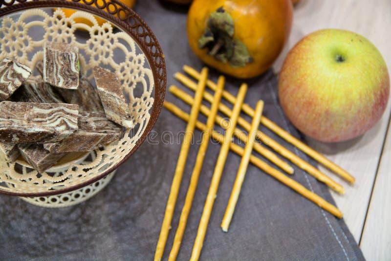 Oostelijk Dessert in de Rieten Mand stock fotografie