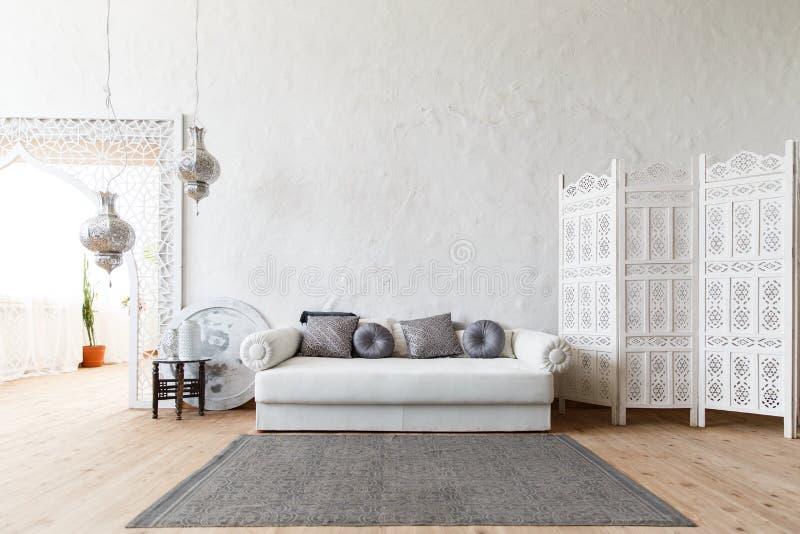 Oostelijk traditioneel binnenland De stijlruimte van Marokko stock foto's