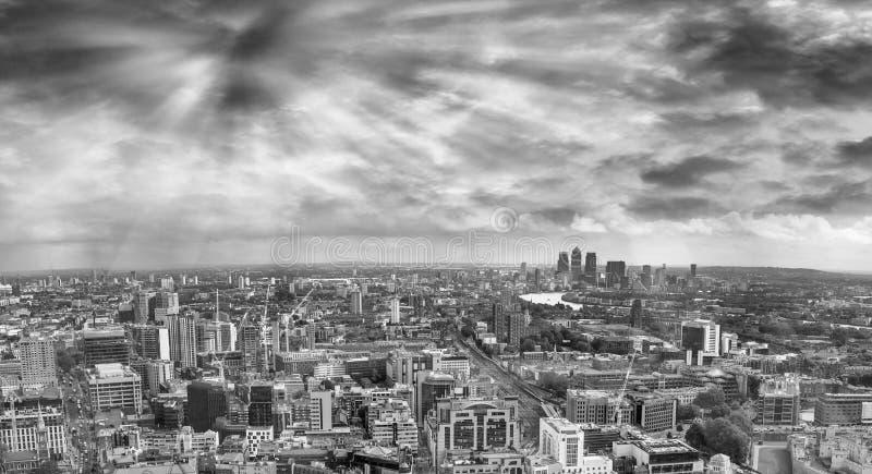 Oostelijke kant van Londen, luchtpanorama bij schemer stock foto
