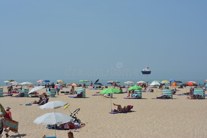 OOSTENDE, БЕЛЬГИЯ - 19-ое июня 2017: Солнечный пляж стоковые фото