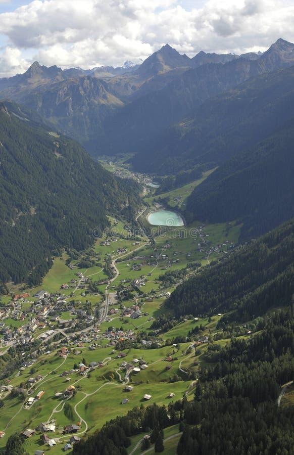 Oostenrijk: Deltaplaning boven de Montafon-Vallei in Vorarlberg royalty-vrije stock afbeelding