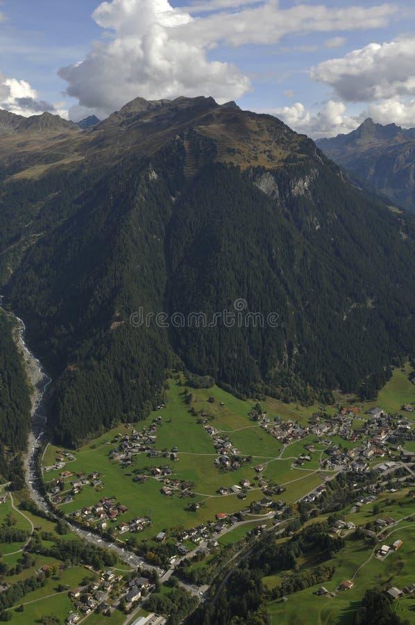 Oostenrijk: Deltaplaning boven de Montafon-Vallei in de Vorarlberger-bergen stock foto's