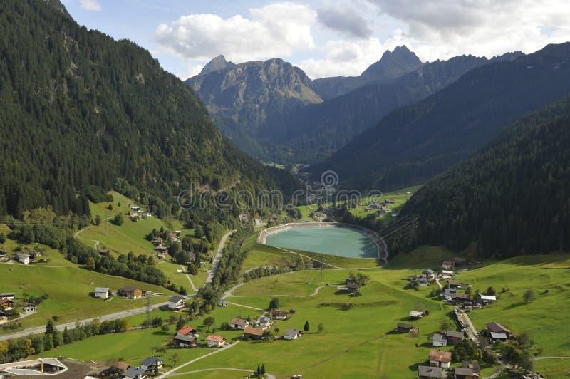 Oostenrijk: Deltaplaning boven de Zillertal-Vallei in de bergen van Tirol royalty-vrije stock foto