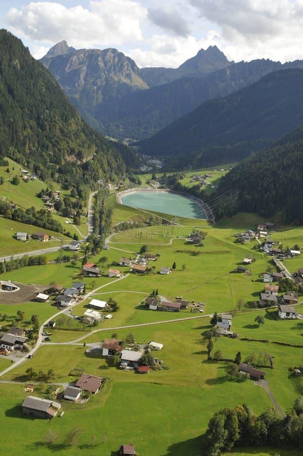 Oostenrijk: Deltaplaning boven St Gallenkirchen in de Zillertal-Vallei in de bergen van Tirol stock foto's