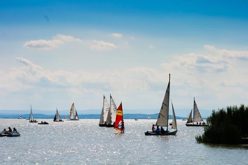 15 8 2009, Oostenrijk, Neusiedler ziet, Vele kleine boten op een meer stock foto's