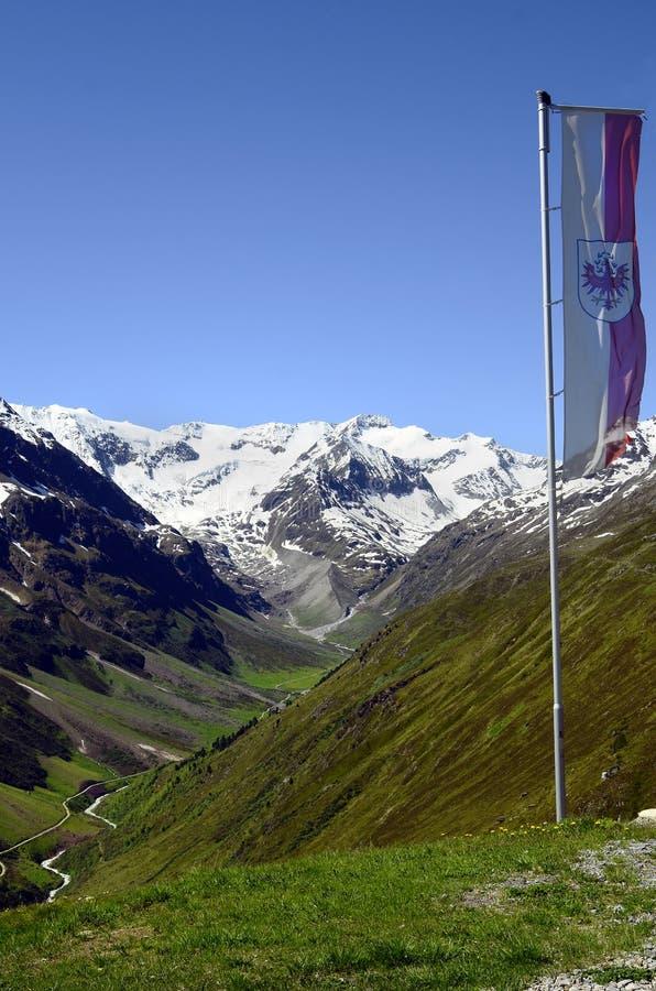 Oostenrijk, Tirol, vlag op berg stock afbeeldingen