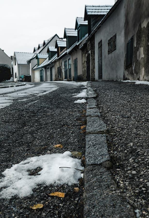 Oostenrijk, traditioneel Oostenrijks oud dorp Slechte Fischau Brunn in de Winter stock afbeelding