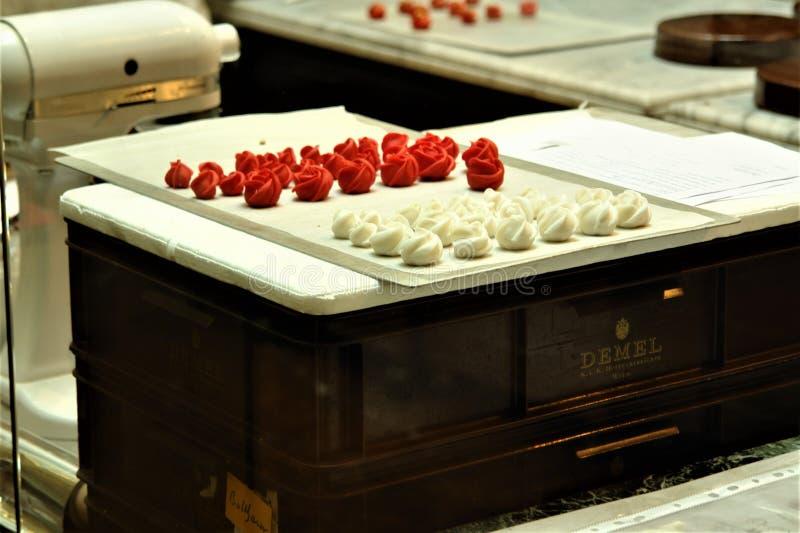 Oostenrijk, Wenen - Mei 2011: Koffie Demel in het stadscentrum, workshop voor het voorbereiden van Weense snoepjes, met de hand g stock afbeelding