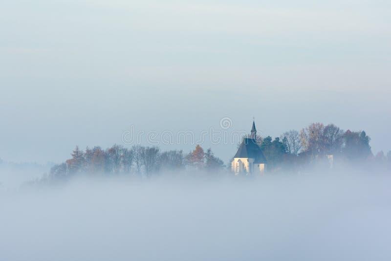 Oostenrijkse kerk in de mist royalty-vrije stock fotografie