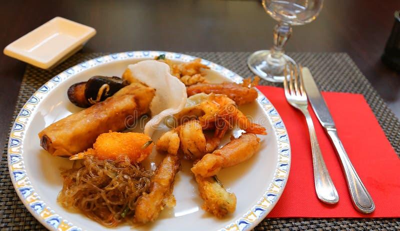 Oosters voedsel in het elegante Chinese restaurant royalty-vrije stock afbeeldingen