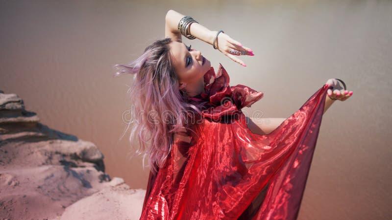 Oosterse dans Jonge mooie vrouw in rode vliegende kleding royalty-vrije stock fotografie