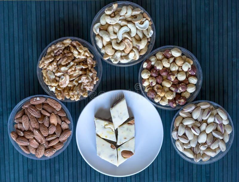 Oosterse desserthalva met pistache, amandel, cashewnoten, pinda, okkernoot op een plaat beeld Gezond voedsel Het assortiment van  royalty-vrije stock fotografie