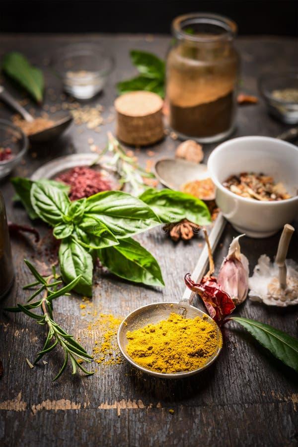 Oosterse kruiden en kruidenselectie op rustieke keukenlijst royalty-vrije stock afbeeldingen