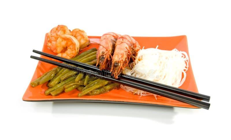 Oosterse maaltijd op oranje plaat stock afbeeldingen