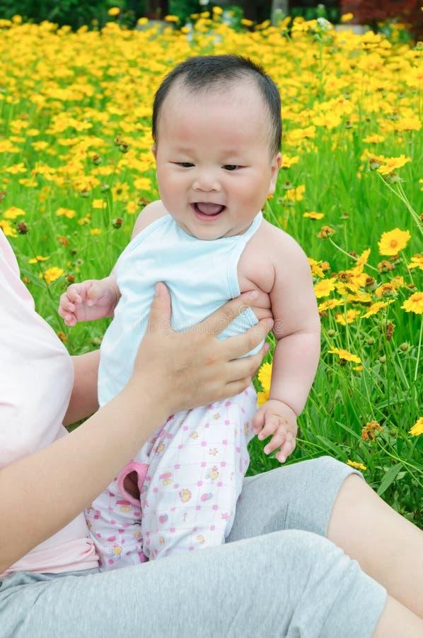 Oosterse moeder en haar Kind die in tuin spelen royalty-vrije stock foto's