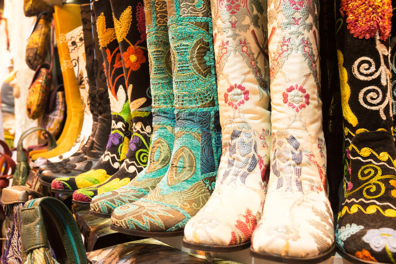 Oosterse schoenen bij de Grote Bazaar in Istanboel, Turkije royalty-vrije stock afbeelding