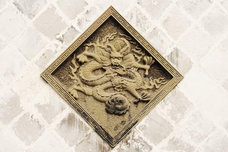Oosterse steen snijdende draak stock foto