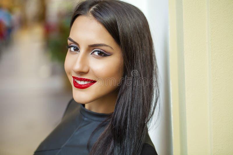 Oosterse stijl Sensueel Arabisch vrouwenmodel Mooie schone huid stock fotografie