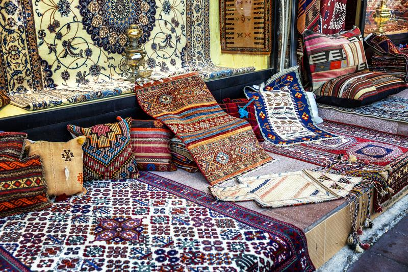 Oosterse tapijten op de markt stock afbeeldingen