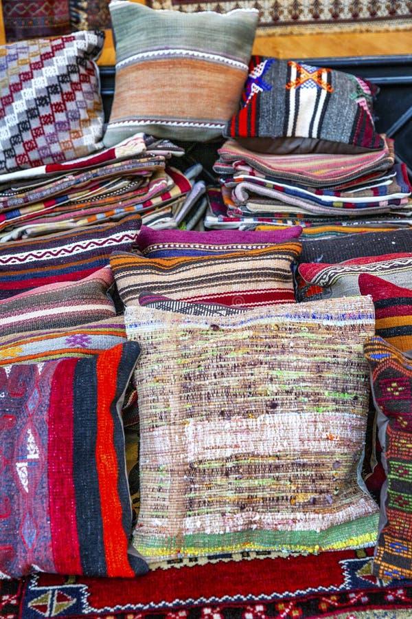 Oosterse tapijten op de markt royalty-vrije stock foto