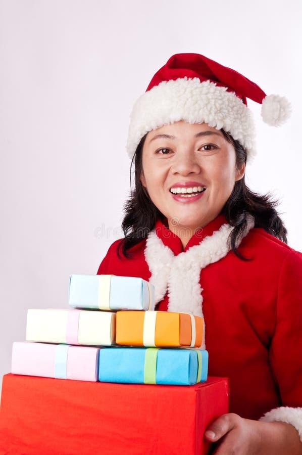 Oosterse vrouw die een Kerstmisgift houden stock afbeeldingen