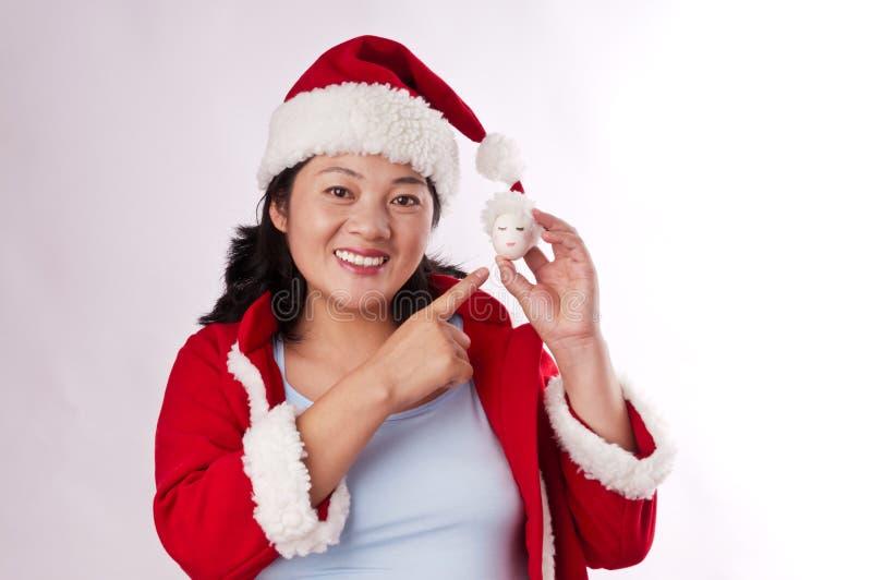 Oosterse vrouw met een Kerstmishoed royalty-vrije stock afbeeldingen