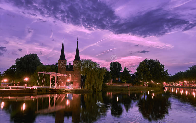 Oostpoort Delft przy zmierzchem obraz stock