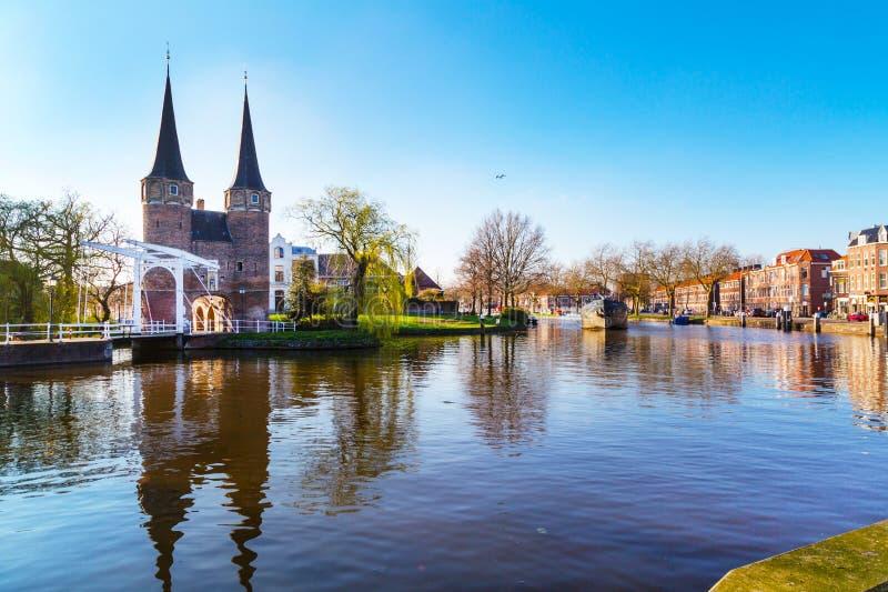 Oostpoort ou abóbada oriental da porta com reflexão do canal e da casa, louça de Delft, Países Baixos, Holanda fotografia de stock royalty free