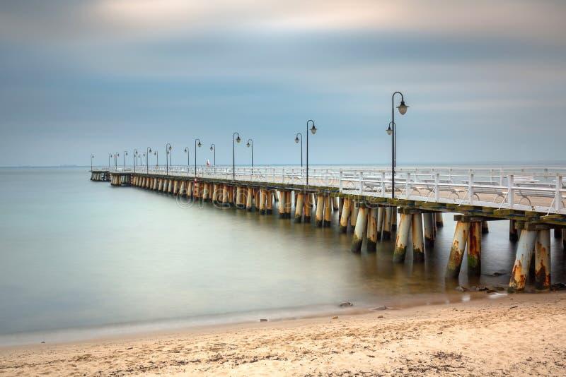 Oostzee met pijler in Gdynia Orlowo bij dageraad, Polen royalty-vrije stock afbeelding