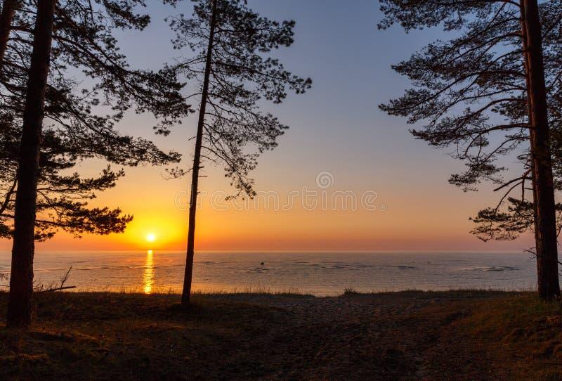 Oostzee - vroege ochtendzonsopgang over het overzees stock fotografie