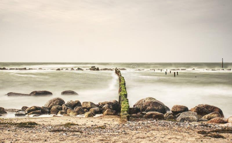 Oostzeekust in sterke wind Golfbreker van houten logboeken wordt gebouwd dat royalty-vrije stock foto's