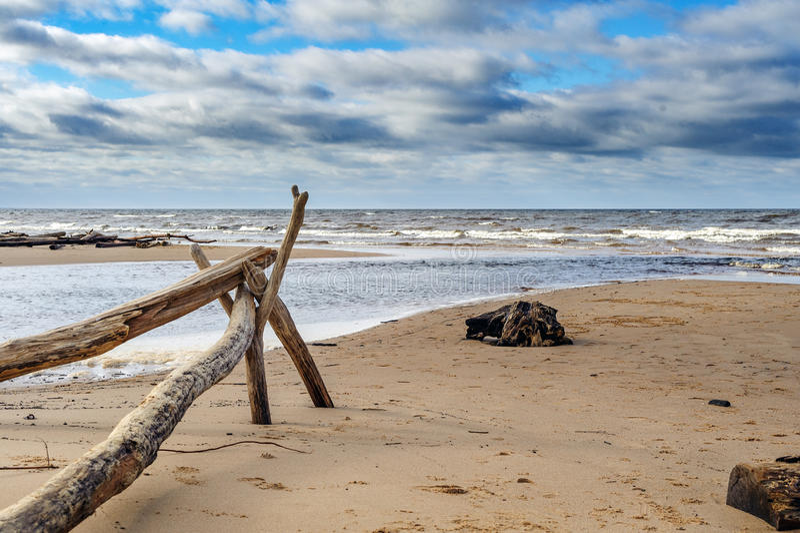 Oostzeekustlijn dichtbij Saulkrasti-stad, Letland stock foto's