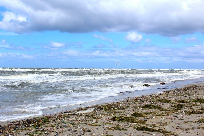 Oostzeestrand in stormachtig weer met overzeese golven royalty-vrije stock foto's