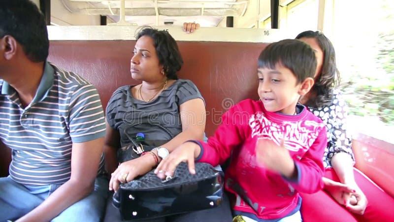 OOTY, INDE - MARS 2013 : les gens sur le train à la force de la vapeur historique banque de vidéos