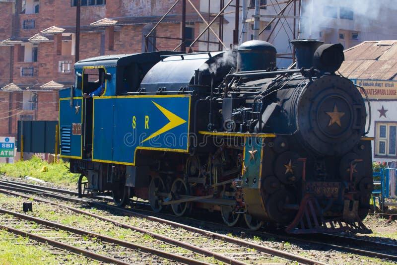 OOTY, TAMIL NADU, ΙΝΔΊΑ, στις 20 Μαρτίου 2015: Σιδηρόδρομος βουνών Nilgiri μπλε τραίνο Κληρονομιά της ΟΥΝΕΣΚΟ Στενός μετρητής στοκ φωτογραφία
