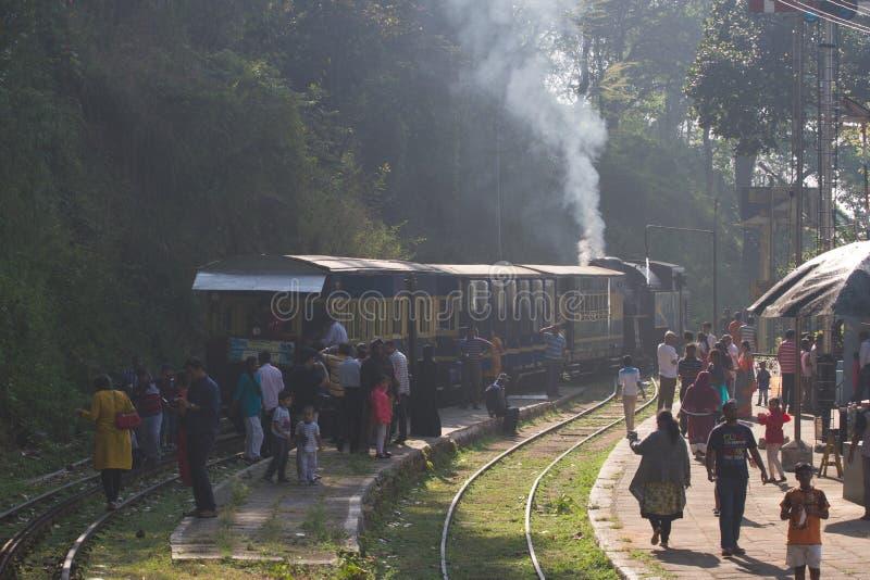 OOTY, TAMIL NADU, la INDIA, el 22 de marzo de 2015: Ferrocarril de la montaña de Nilgiri Tren azul Herencia de la UNESCO Estrecho imagen de archivo libre de regalías