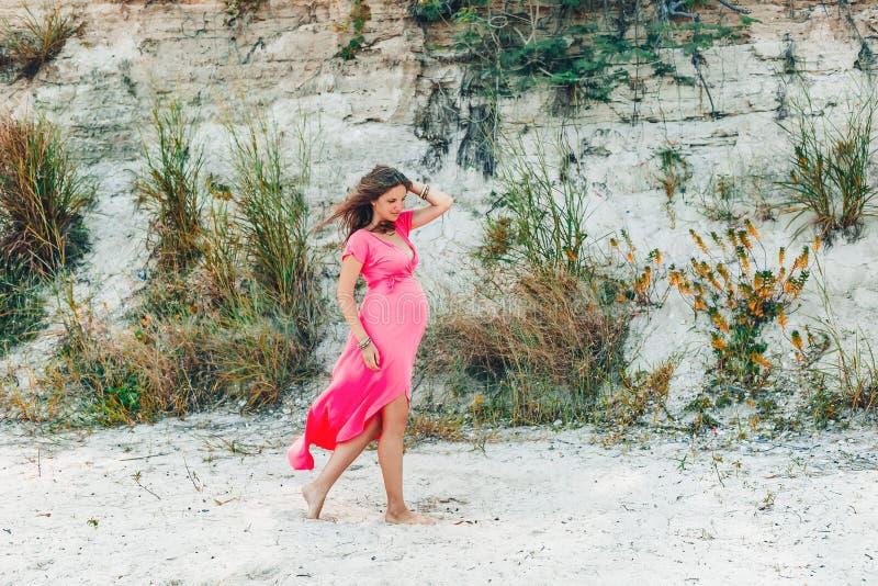 Ooutdoors hermosos jovenes alegres de la mujer embarazada fotos de archivo