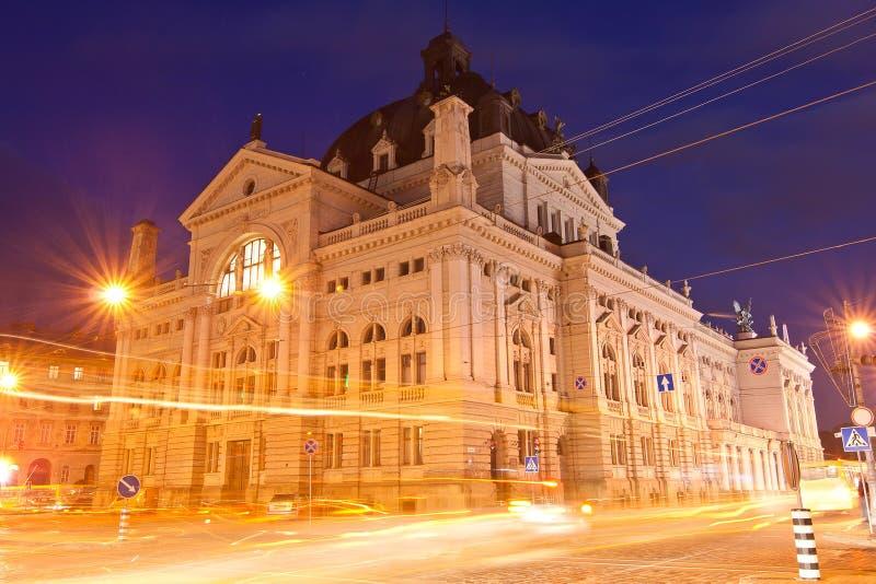 Opéra la nuit à Lviv image stock