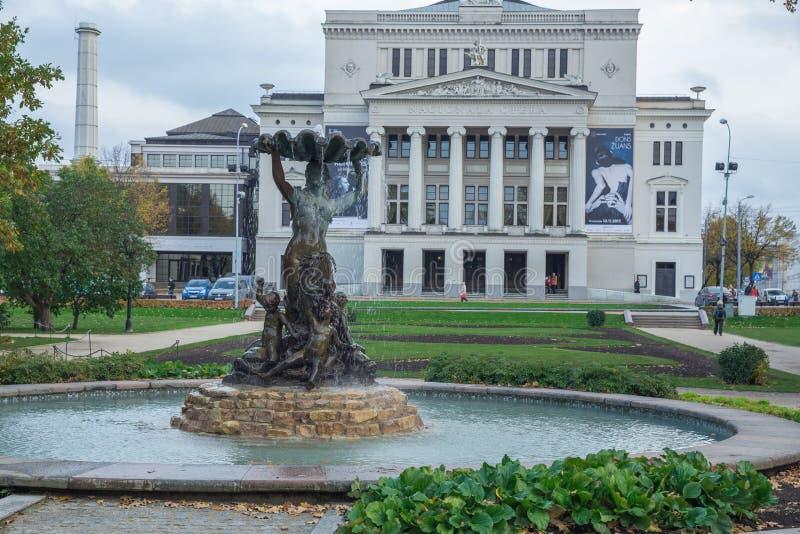 Opéra letton avec la fontaine et le jardin Riga, Lettonie Fleurit a image libre de droits