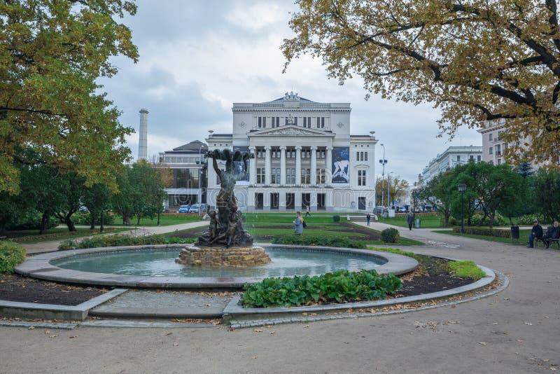Opéra letton avec la fontaine et le jardin Riga, Lettonie Fleurit a photographie stock libre de droits